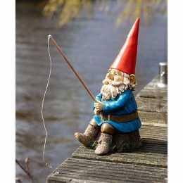 Садовый гном на рыбалке